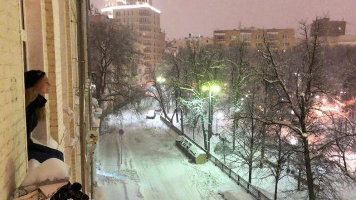 Асмус выглядывает из окна своей квартиры