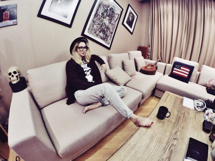 Светлана Лобода на диване в своей квартире