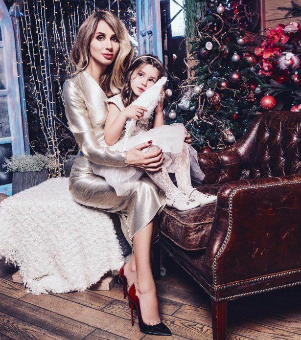 Светлана Лобода с ребенком у новогодней елки