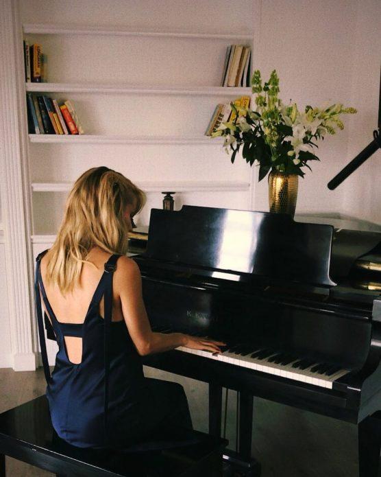 Светлана Лобода играет в фортепиано