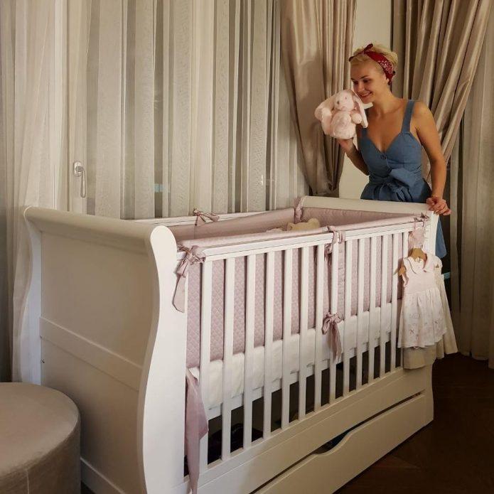 Детская кроватка дочки Мии в спальне