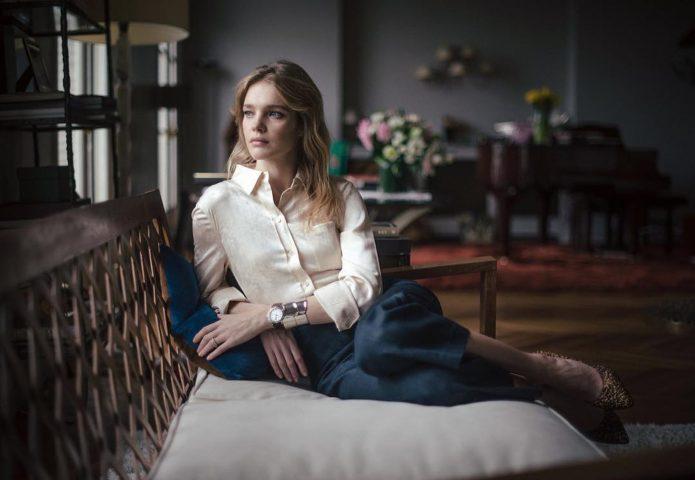 Наталья Водянова на диване в своём доме