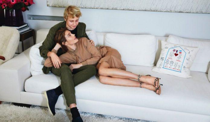 Наталья Водянова с сыном на диване
