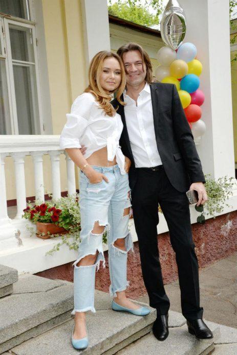 Дмитрий Маликов с дочерью на крыльце дома