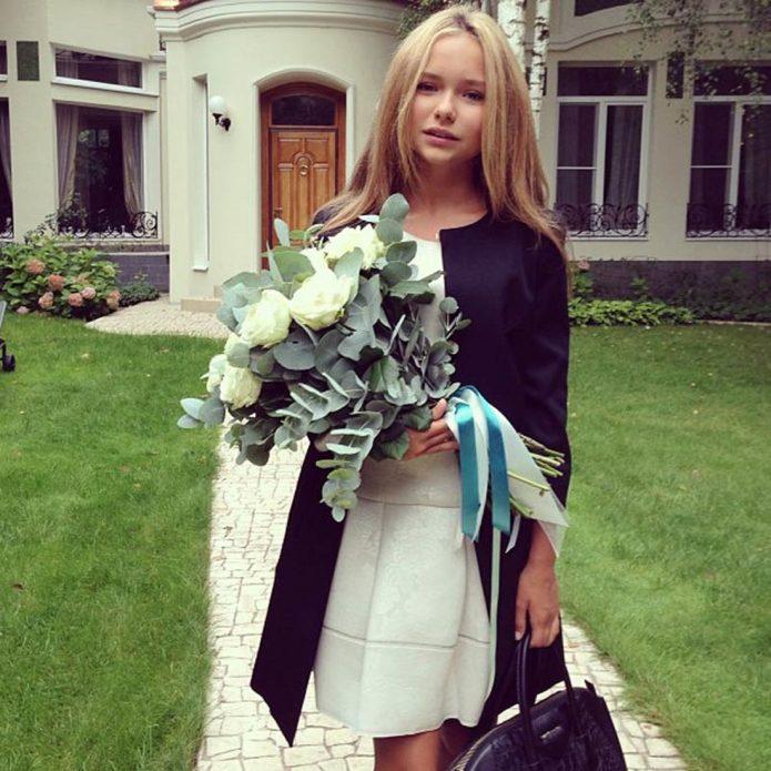 Дочь Дмитрия Маликова во дворе загородного дома