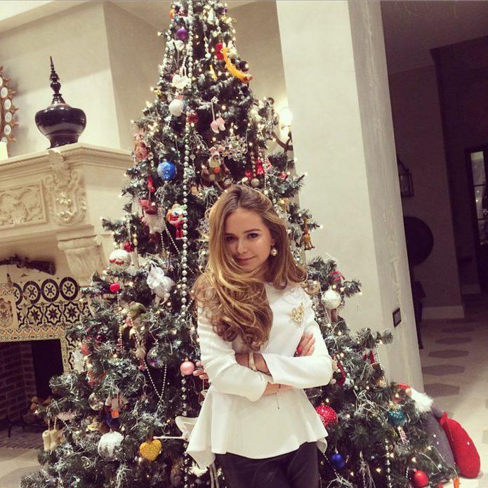 Дочь Дмитрия Маликова на фоне новогодней ёлки