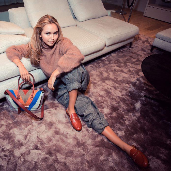 Дочь Дмитрия Маликова на ковре у дивана