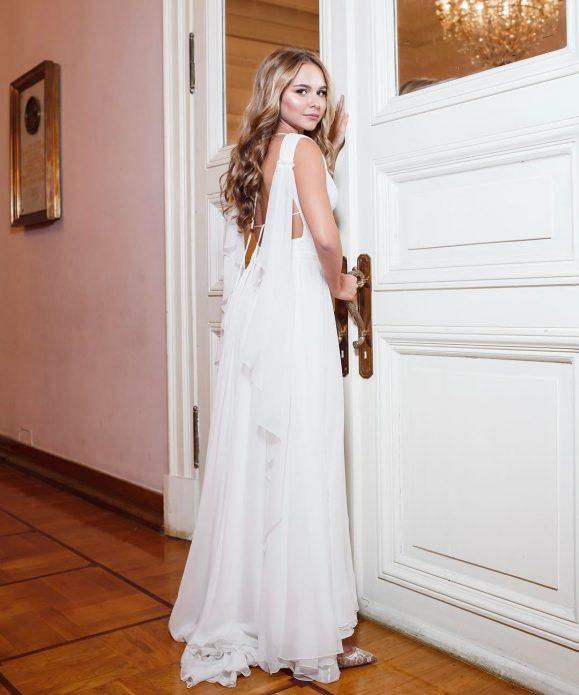 Дочь Дмитрия Маликова в белом платье