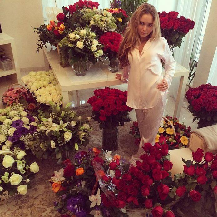 Стефания Маликова в окружении цветов