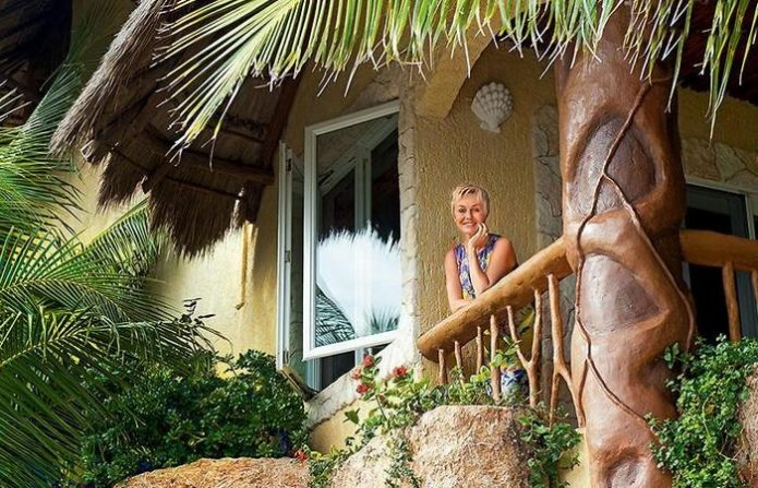 Наталья Андрейченко на балконе виллы