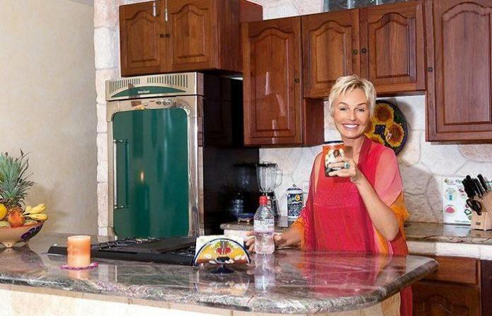 Наталья Андрейченко с чашкой на кухне