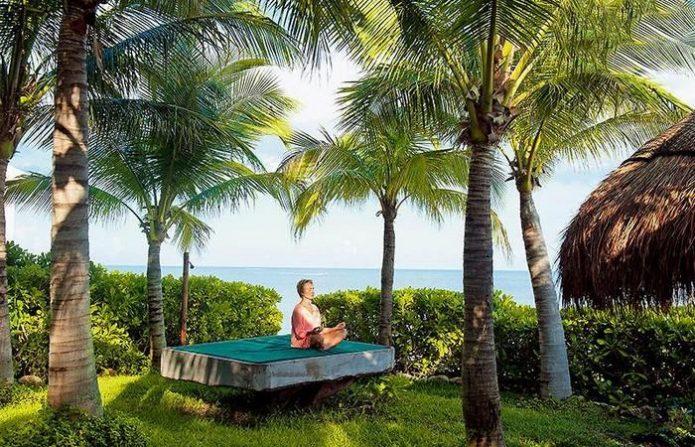 Наталья Андрейченко медитирует среди пальм