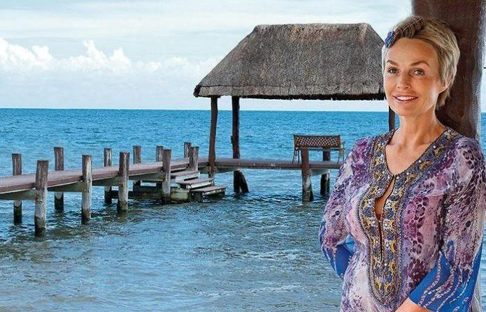 Наталья Андрейченко около пирса на море