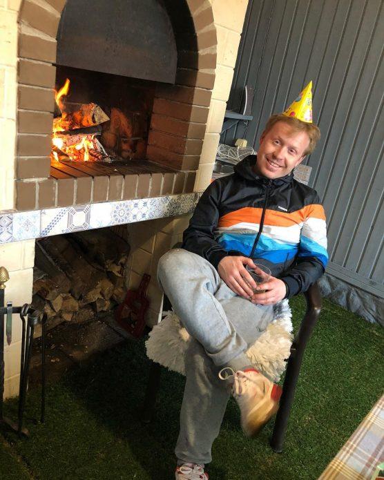 Богданов сидит рядом с камином