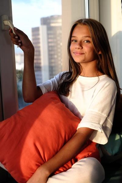 Катя Адушкина возле окна