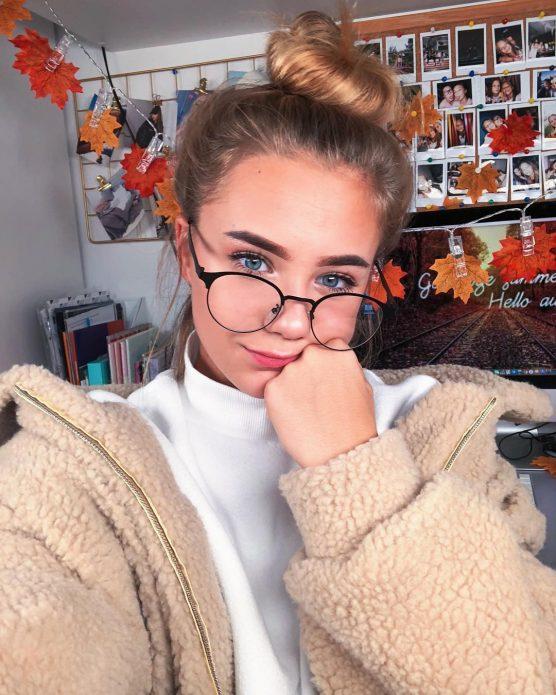 Катя Адушкина в очках