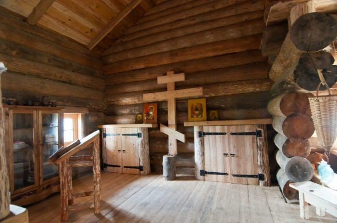 Внутреннее помещение в деревянном доме, где живёт Герман Стерлигов