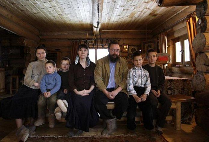 Герман Стерлигов с семьёй в их доме