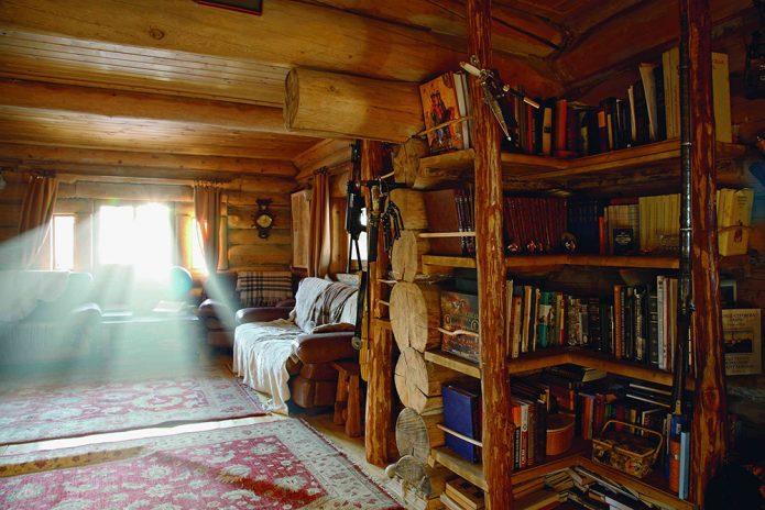 Полки с книгами в доме Германа Стерлигова