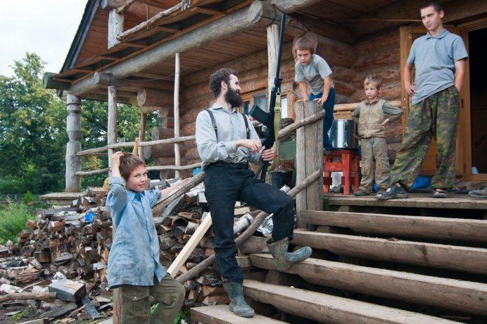 Герман Стерлигов с детьми на крыльце его дома