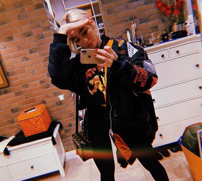 Настя Ивлеева в куртке в её квартире