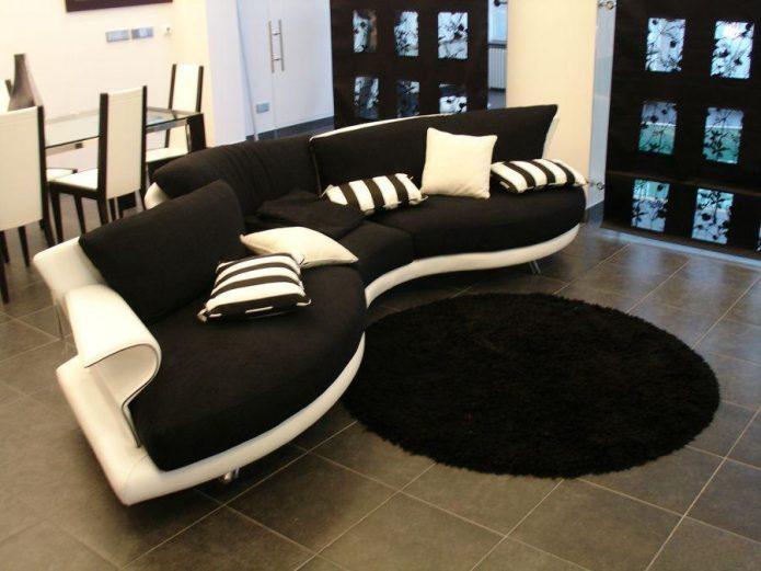 Чёрно-белый диван и чёрный ковёр