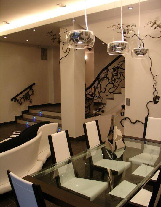 Интерьер гостиной со столом и лестницей