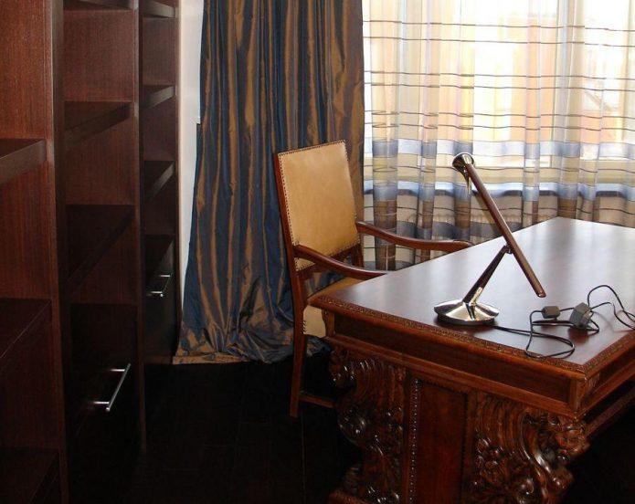 Стол и стул в кабинете