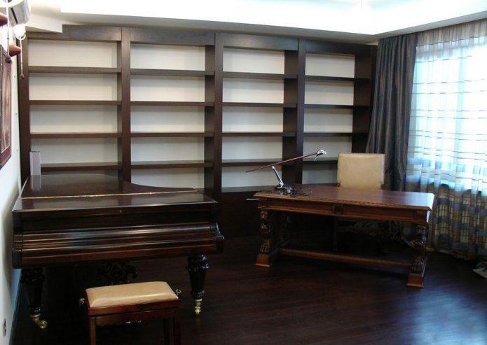 Интерьер кабинета со столом, стеллажом и роялем