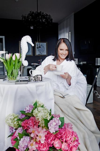 София Ротару пьёт чай