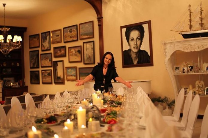 София Ротару за столом