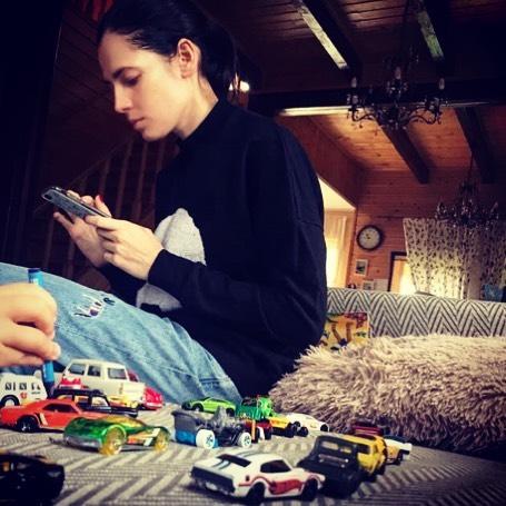 Юлия Снигирь с игрушками