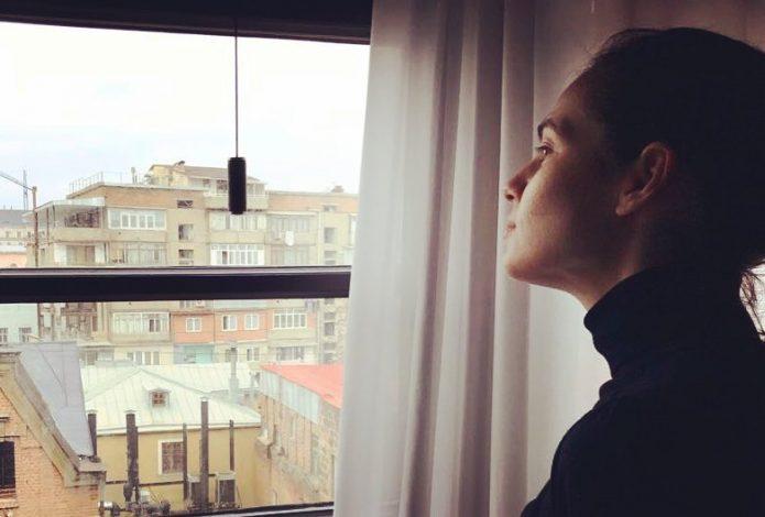 Юлия Снигирь смотрит в окно