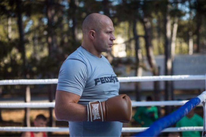 Фёдор Емельяненко на спортивной площадке