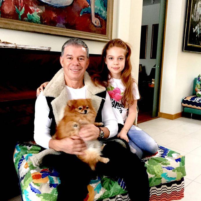 Олег Газманов с дочкой и собакой