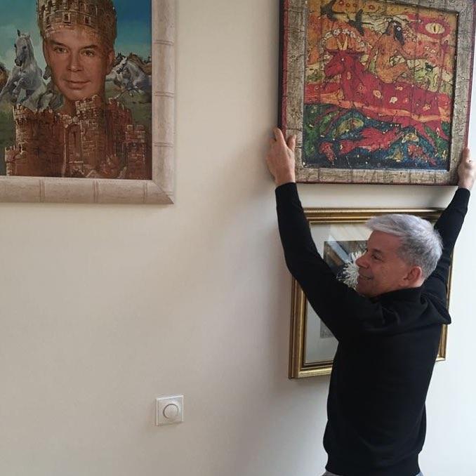 Олег Газманов вешает картину