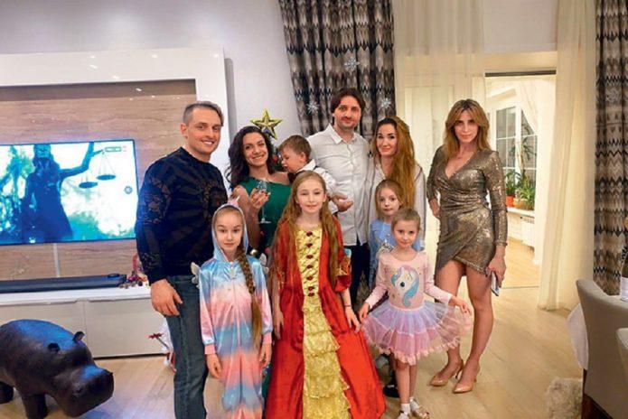 Семья Запашных в гостиной