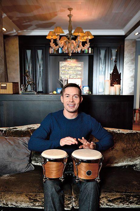 Стас Пьеха играет на барабанах