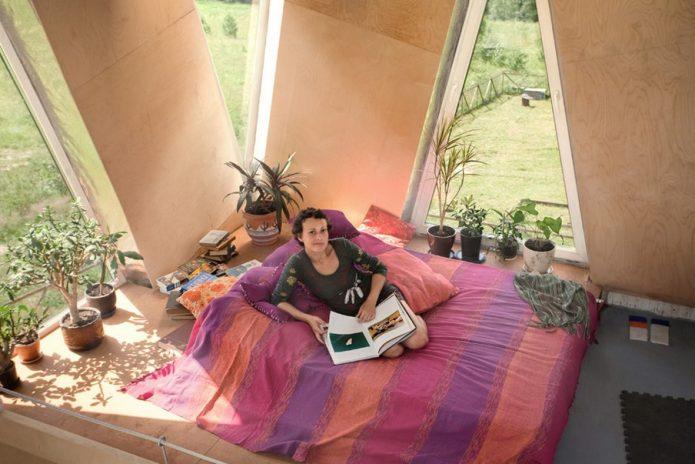 Юлия Чичерина на кровати