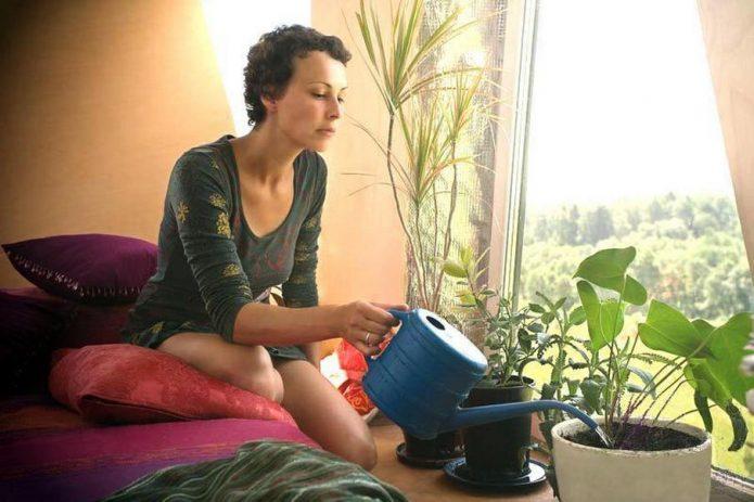 Юлия Чичерина Поливает цветы