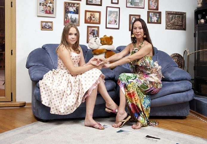 Певица с дочерью на диване