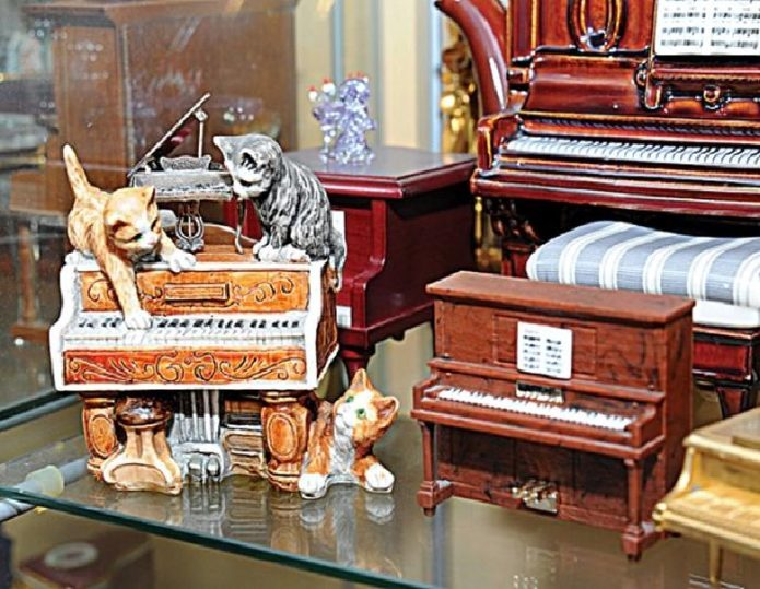 Статуэтки кошек и пианино