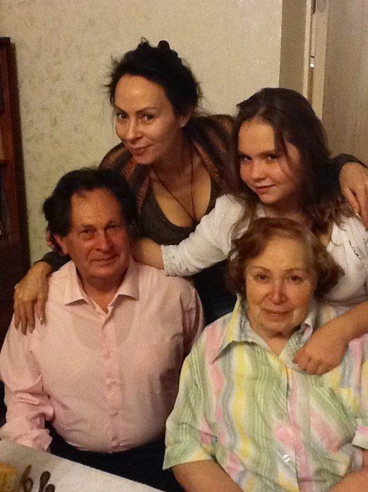 Марина Хлебникова с дочерью и родителями