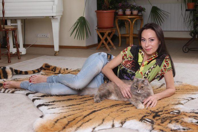Марина Хлебникова на шкуре тигра