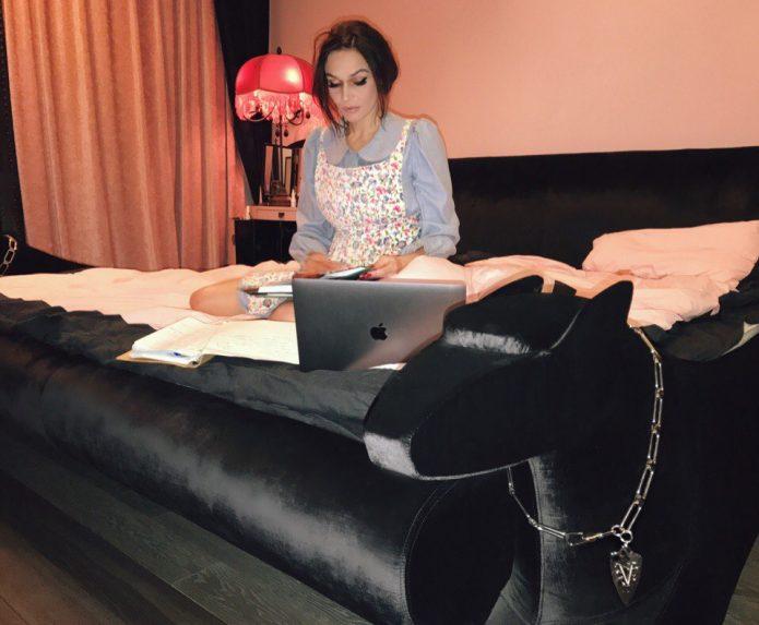 Алёна Водонаева в домашней обстановке