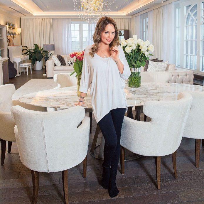 Певица Максим в своих апартаментах