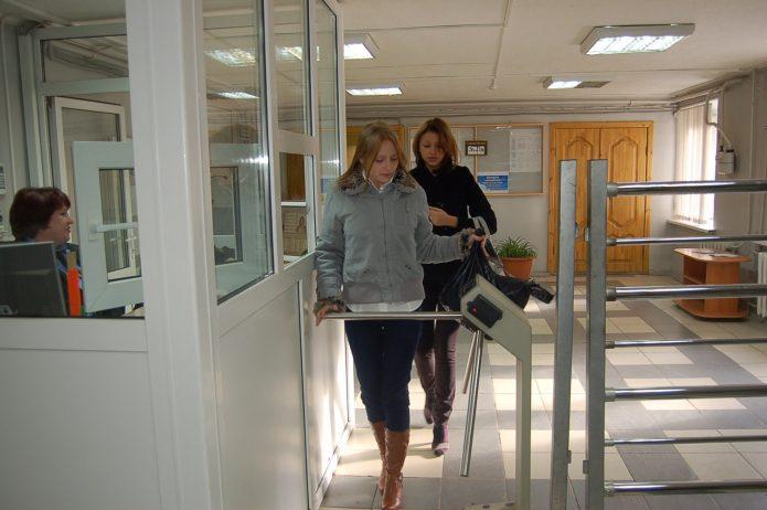Девушки идут через проходную общежития