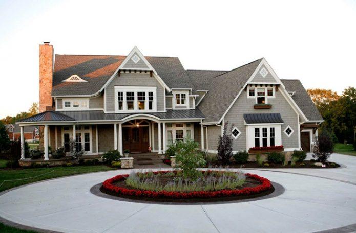 Дом с красивым двором