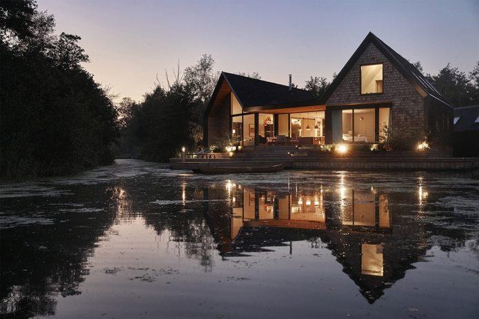 Дом у озера с причалом