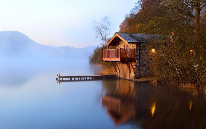 Небольшой домик у воды